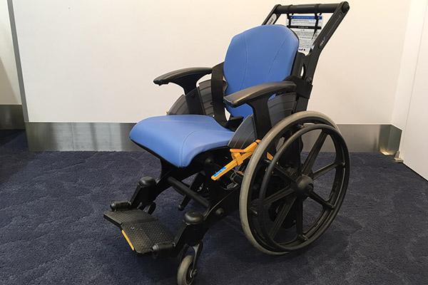ANAは樹脂製の車いすを導入